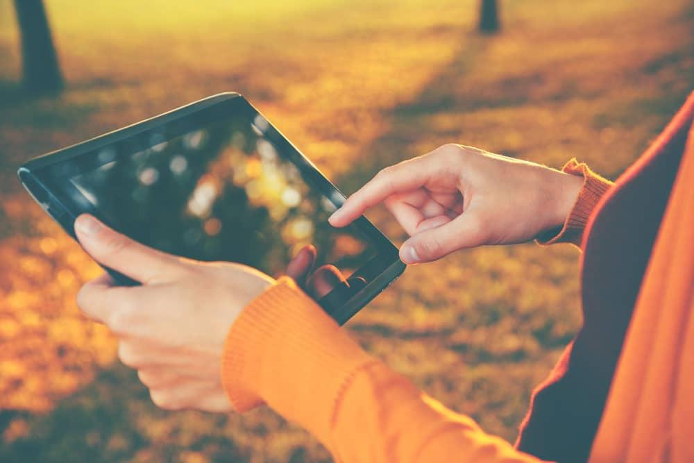 vinger op tablet