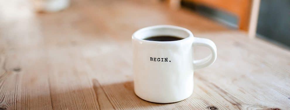 koffiemop op tafel